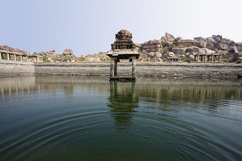 El tanque de almacenamiento del agua del templo en el sitio del patrimonio mundial de Hampi, Hampi, Karnataka foto de archivo libre de regalías