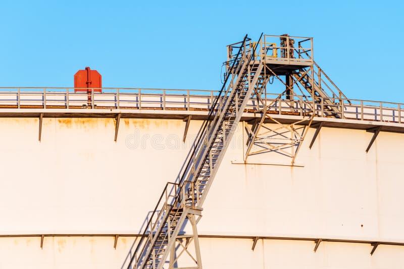 El tanque de almacenamiento del petróleo crudo con las escaleras imagen de archivo libre de regalías