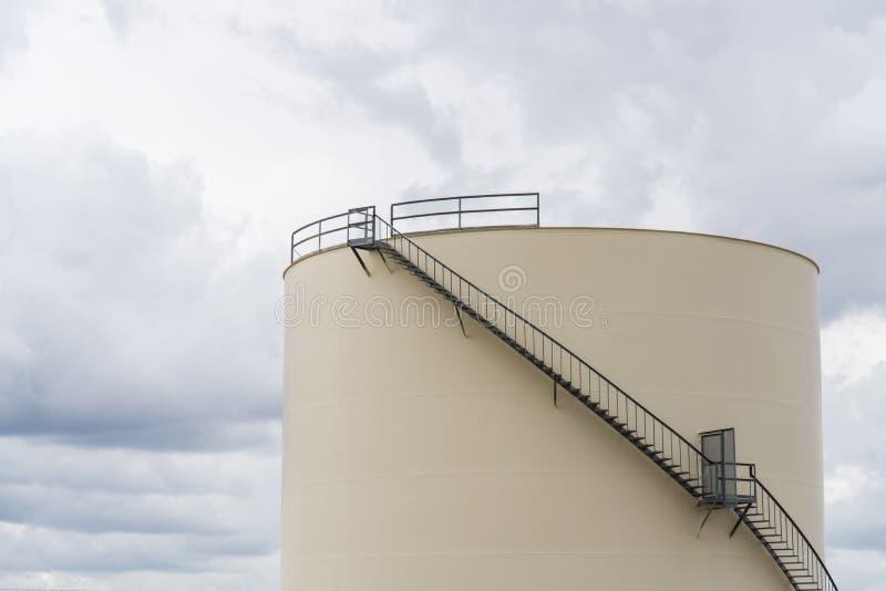 El tanque de almacenamiento industrial para el aceite o el agua imagenes de archivo