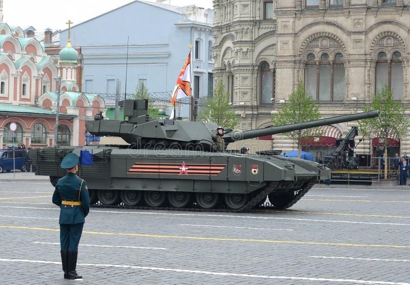 El tanque de batalla ruso T-14 'Armata 'en una plataforma seguida pesada durante el desfile de la victoria en cuadrado rojo fotografía de archivo