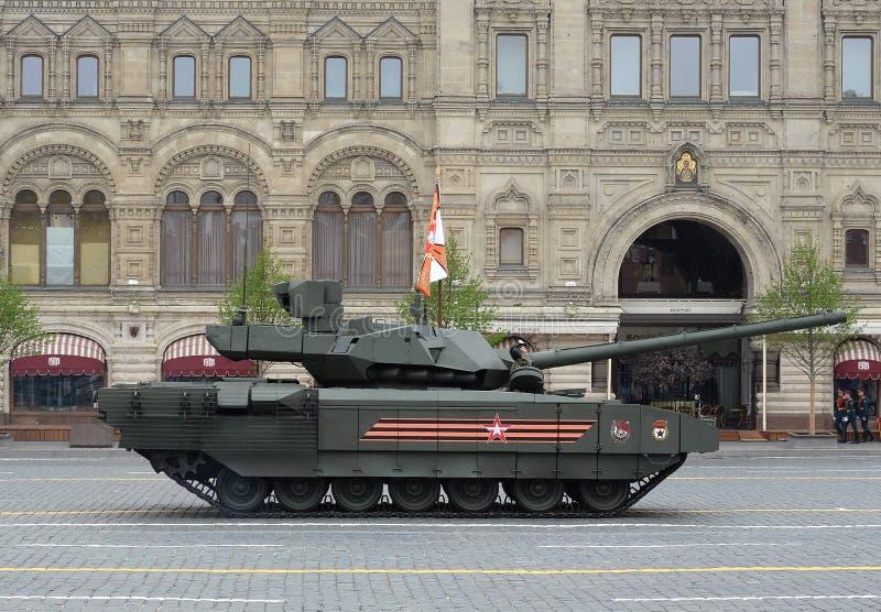 El tanque de batalla ruso T-14 'Armata 'en una plataforma seguida pesada durante el desfile de la victoria en cuadrado rojo fotos de archivo