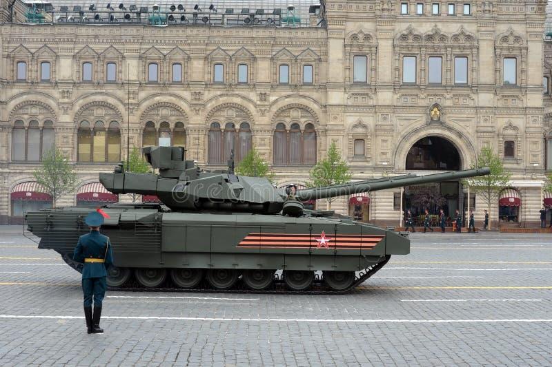El tanque de batalla ruso T-14 'Armata 'en una plataforma seguida pesada durante el desfile de la victoria en cuadrado rojo fotos de archivo libres de regalías