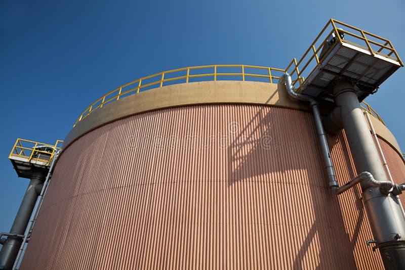 El tanque de digestión en una depuradora de aguas residuales  imagen de archivo