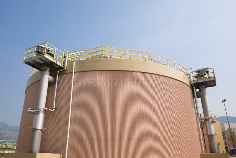 El tanque de digestión en una depuradora de aguas residuales  fotografía de archivo