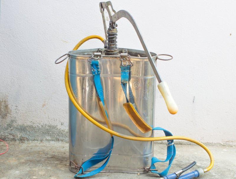 El tanque de espray del insecticida fotografía de archivo