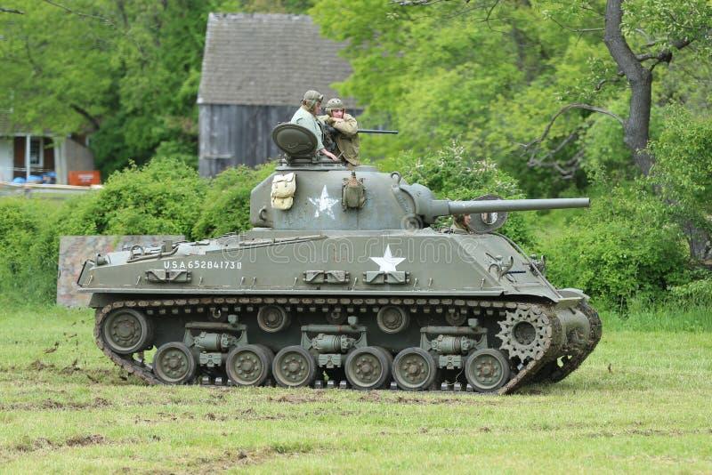El tanque de M4 Sherman del museo de la armadura americana durante el acampamento de la Segunda Guerra Mundial imagen de archivo