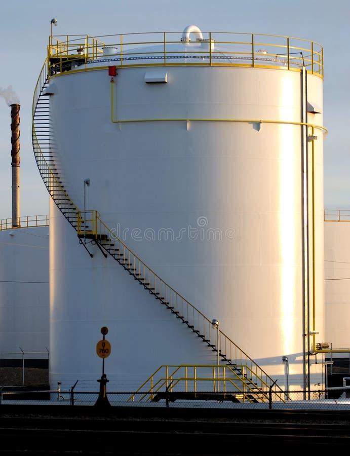 El tanque de petróleo en el cielo de la mañana imagen de archivo libre de regalías