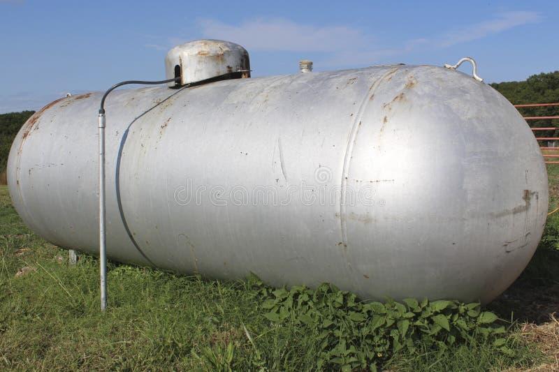 El tanque de propano de plata viejo de la granja imágenes de archivo libres de regalías