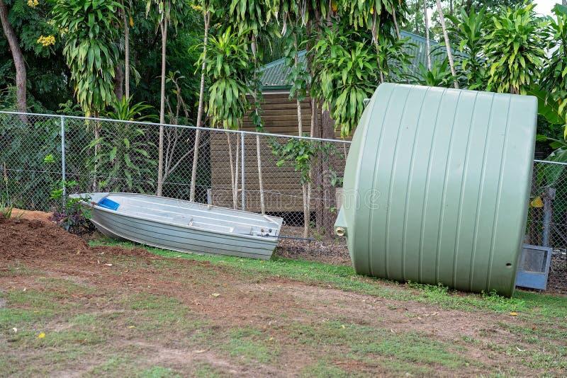El tanque de Tin Boat And Large Water foto de archivo libre de regalías