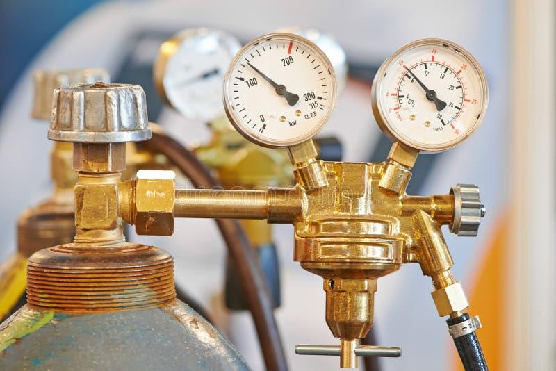 El tanque del cilindro de gas del acetileno de la soldadura con el indicador imagen de archivo libre de regalías