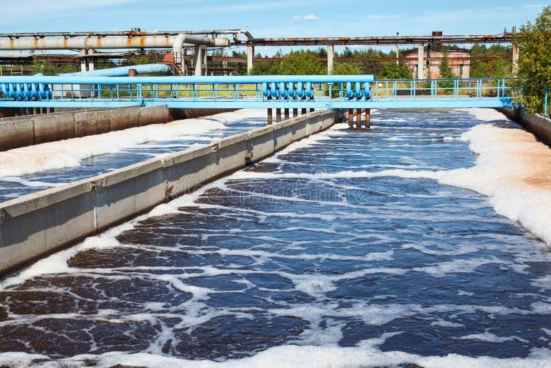 El tanque del tratamiento de aguas con proceso de la aireación imagenes de archivo
