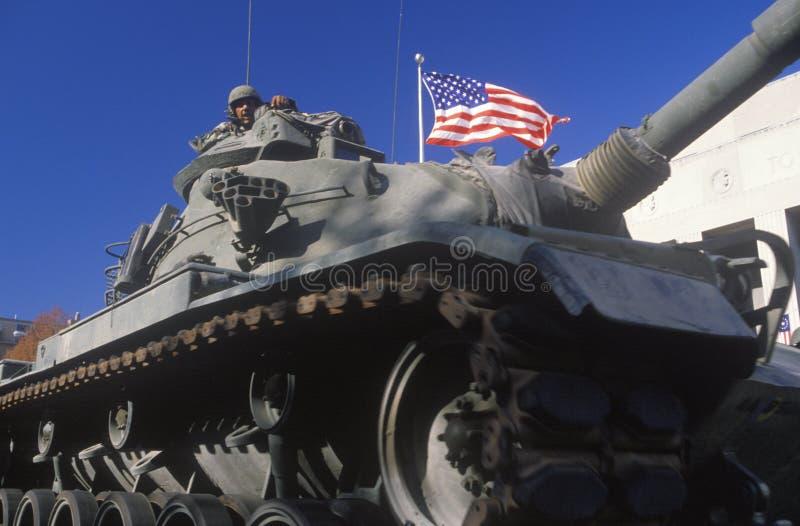 El tanque en el desfile del día de veterano fotografía de archivo