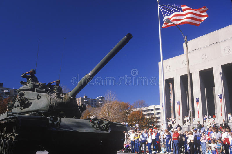El tanque en el desfile del día de veterano fotografía de archivo libre de regalías