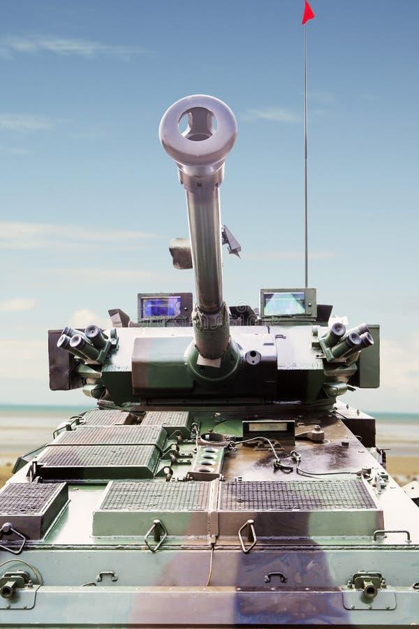 El tanque militar acorazado debajo del cielo azul foto de archivo