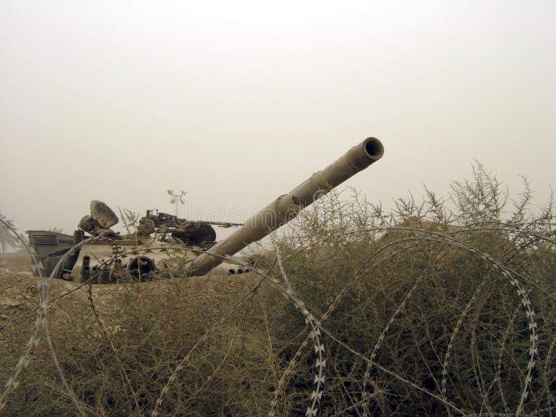 El tanque militar del vehículo de ejército en pistas con el barril después de la guerra victoriosa imagenes de archivo