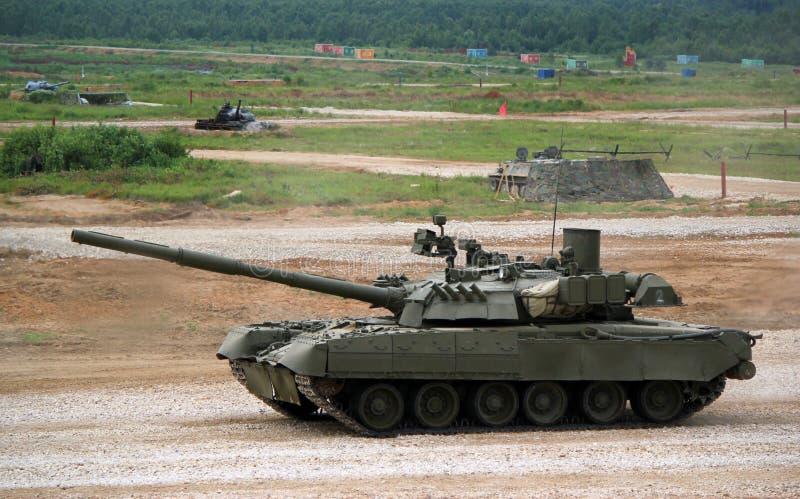 El tanque militar ruso t-80 en la tierra en combate condiciona imagen de archivo