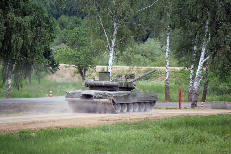 El tanque militar ruso t-90 en la tierra en combate condiciona fotografía de archivo libre de regalías