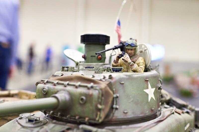 El tanque modelo M4 Sherman de American en el control de radio con tankman imagen de archivo