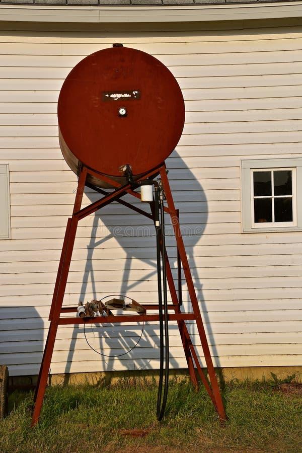 El tanque rojo del gas combustible de la granja imágenes de archivo libres de regalías