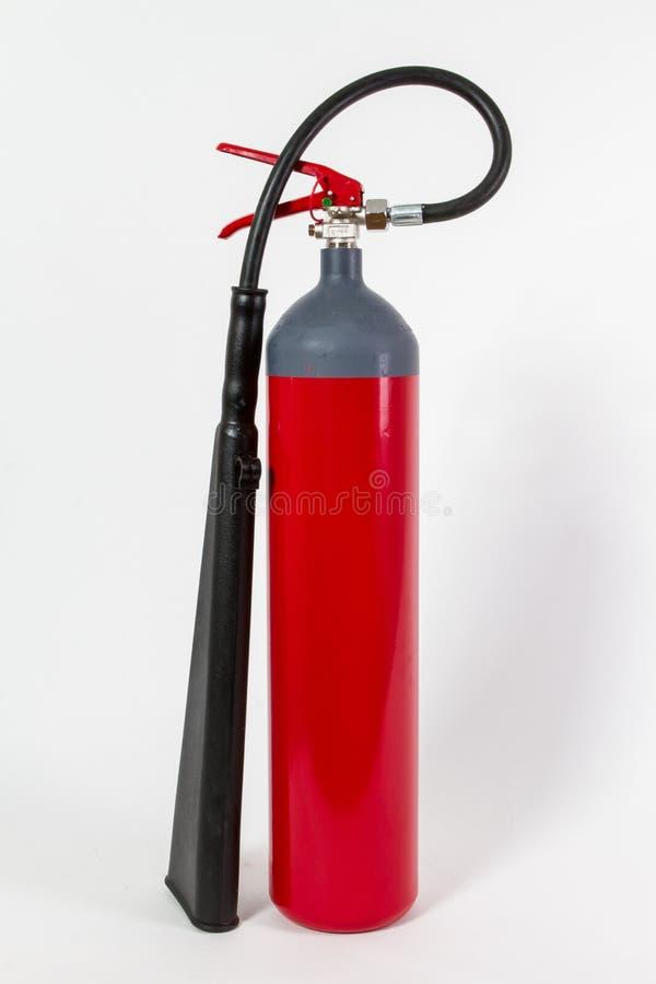El tanque rojo químico del extintor aislado en el backgroun blanco fotos de archivo