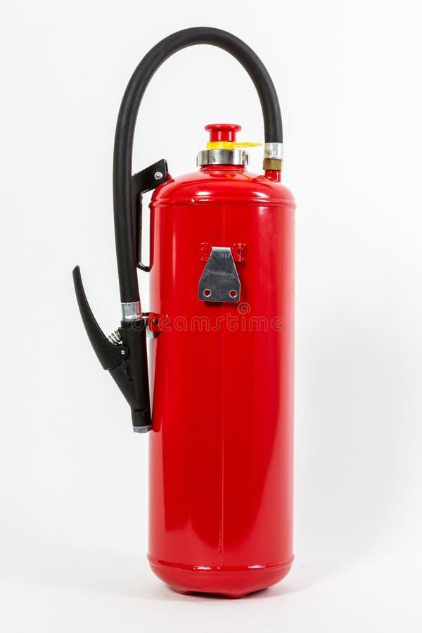 El tanque rojo químico del extintor aislado en el backgroun blanco foto de archivo