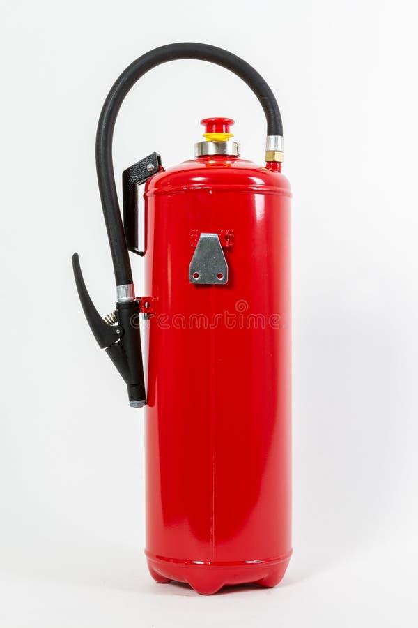 El tanque rojo químico del extintor aislado en el backgroun blanco imagen de archivo