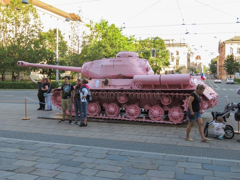 El tanque rosado en Brno fotografía de archivo
