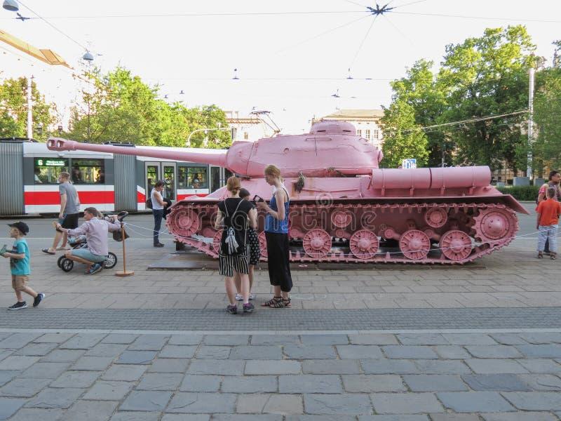 El tanque rosado en Brno imagenes de archivo