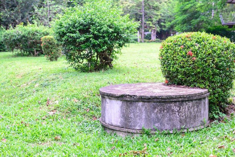 El tanque séptico del cemento para las aguas residuales foto de archivo libre de regalías