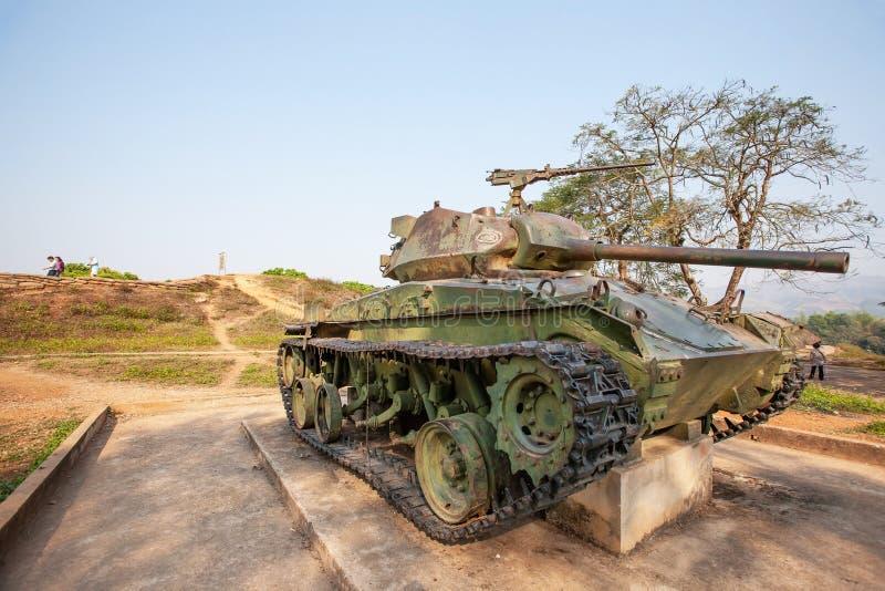 El tanque viejo en el sitio conmemorativo de la colina A1, el campo más importante de los colonos franceses en Dien Bien Phu dura imágenes de archivo libres de regalías