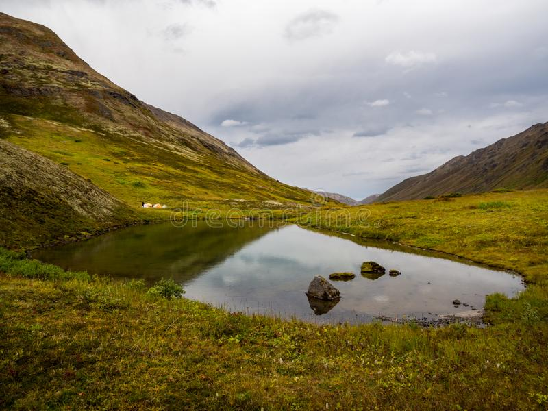El Tarn en el valle y Autumn Tundra, tiendas de la montaña en orilla lejana imagen de archivo libre de regalías