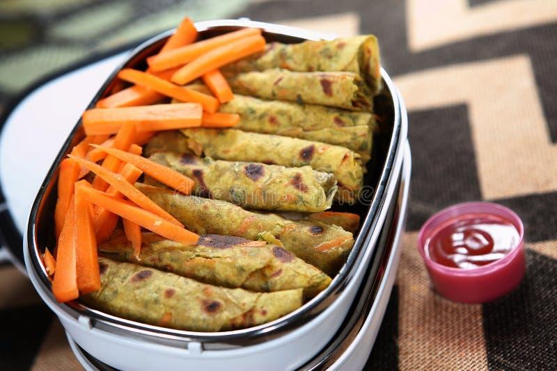El tazhai Rotti Rolls, coriandro del kothamilli de Mangal Mullangi/de la zanahoria de la zanahoria deja el pan Rolls, imagenes de archivo