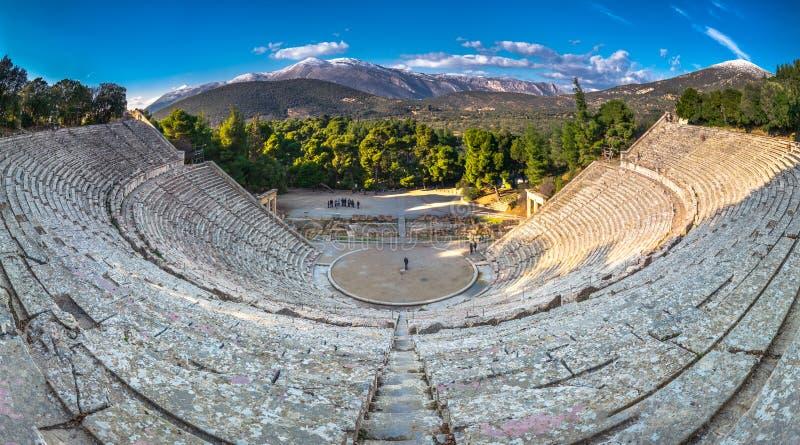 El teatro antiguo de Epidaurus o del ` de Epidavros del `, prefectura de Argolida, Grecia foto de archivo