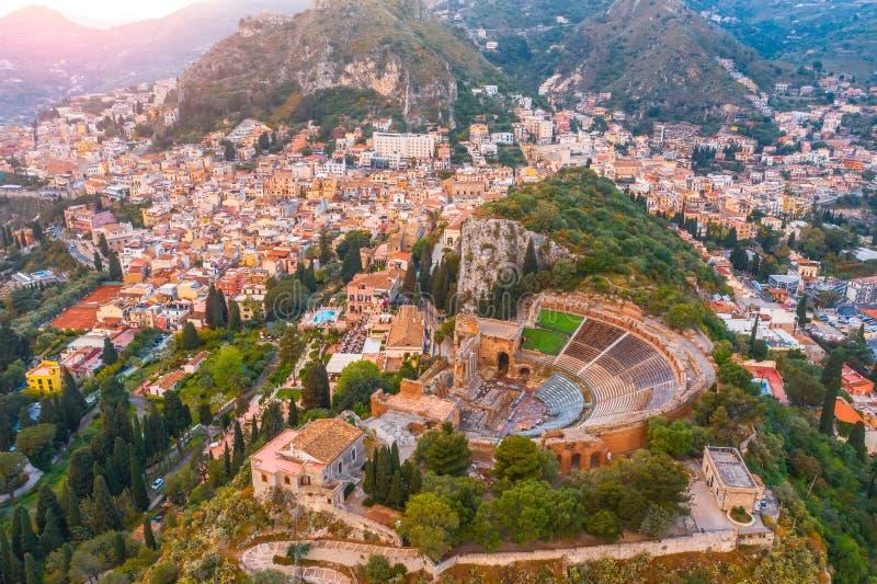 El teatro de Taormina, anfiteatro, arena es una ciudad en la isla de Sicilia, Italia Visión aérea desde arriba en la puesta del s fotografía de archivo libre de regalías