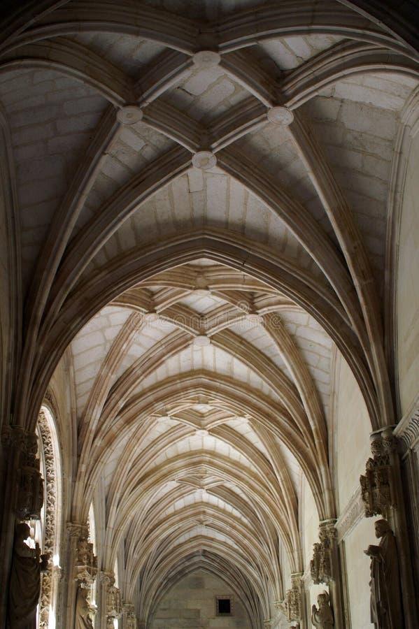 El techo, arcos - un fragmento del interior de la catedral católica fotografía de archivo libre de regalías