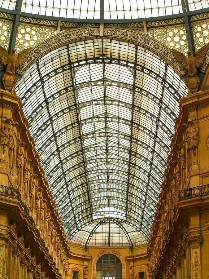 El techo de cristal de la galería de Vittorio Emanuele II y los turistas en la bóveda ajustan en Milán, Italia fotos de archivo libres de regalías