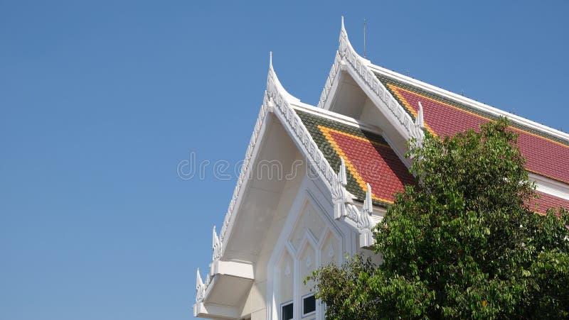 El techo del pabellón budista se eleva al cielo azul imagen de archivo