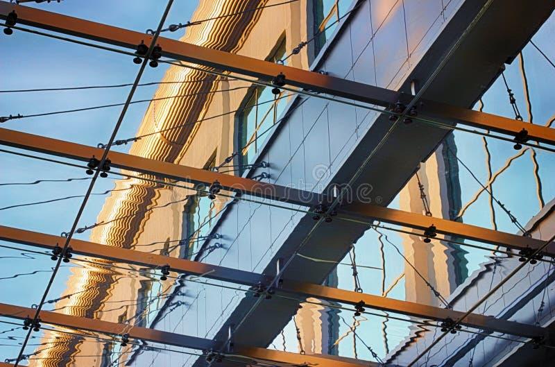 El techo del toldo de un edificio moderno imagen de archivo