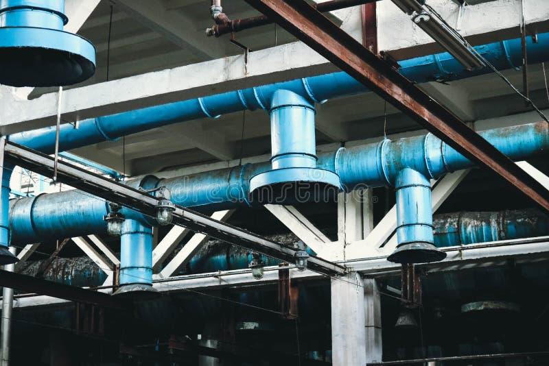 El techo en el taller en la refiner?a petroqu?mica qu?mica industrial del m?quina-edificio con los tubos grandes del hierro azul  imágenes de archivo libres de regalías