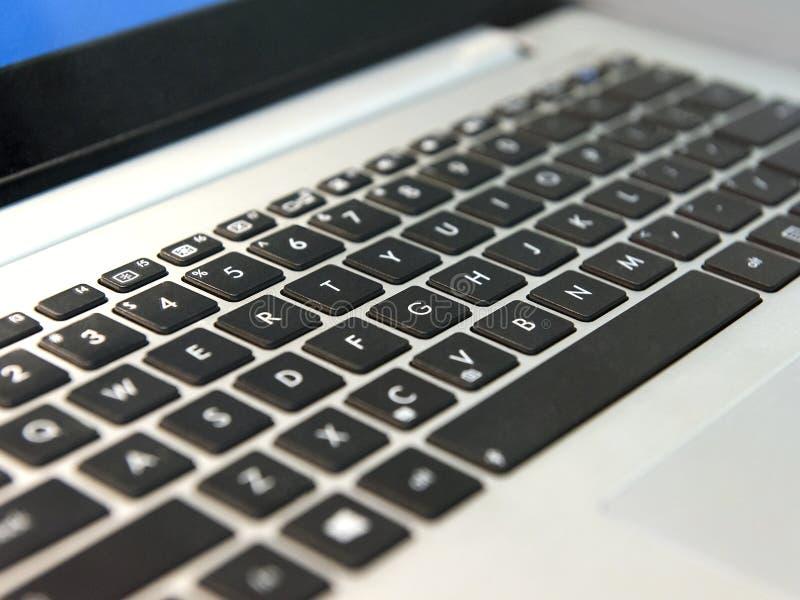 El teclado blanco del ordenador portátil con negro cierra el primer imagen de archivo libre de regalías