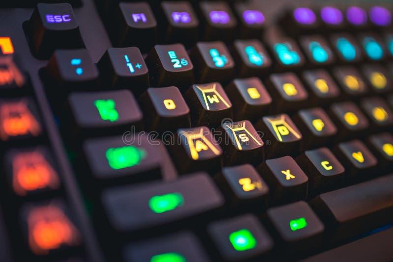 El teclado mecánico retroiluminado WSAD de Romer-G abotona el tiro del detalle imágenes de archivo libres de regalías