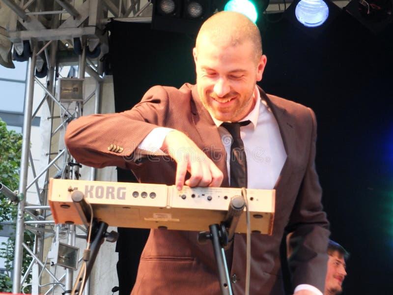 El teclista de la banda Ska Vengers que se realiza en etapa en el festival de Bradford fotos de archivo libres de regalías