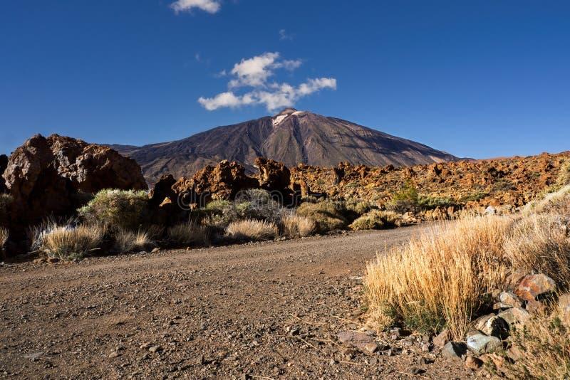EL Teide, Spaniens höchster Berg auf teneriffa, stellt den Zuschauer mit seinem weißen Kamin, oben es ein sehr blauer Himmel gege lizenzfreies stockfoto