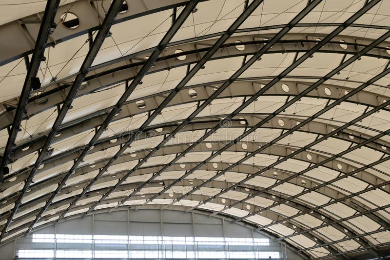El tejado de cristal del hangar, del edificio industrial o del estadio interior Fondo y textura Copie el espacio imagen de archivo