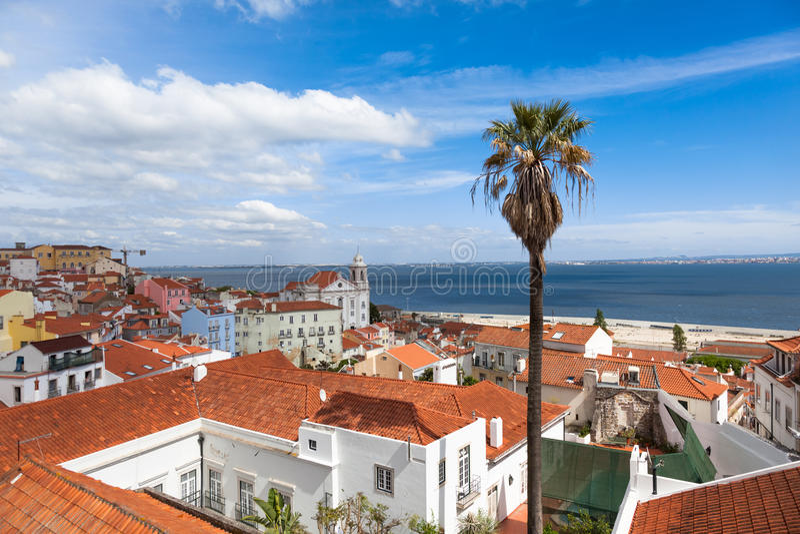 El tejado de Lisboa de Portas hace el punto de vista del solenoide - Miradouro en Portu imágenes de archivo libres de regalías