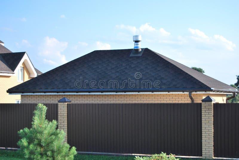 El tejado del garaje imagen de archivo