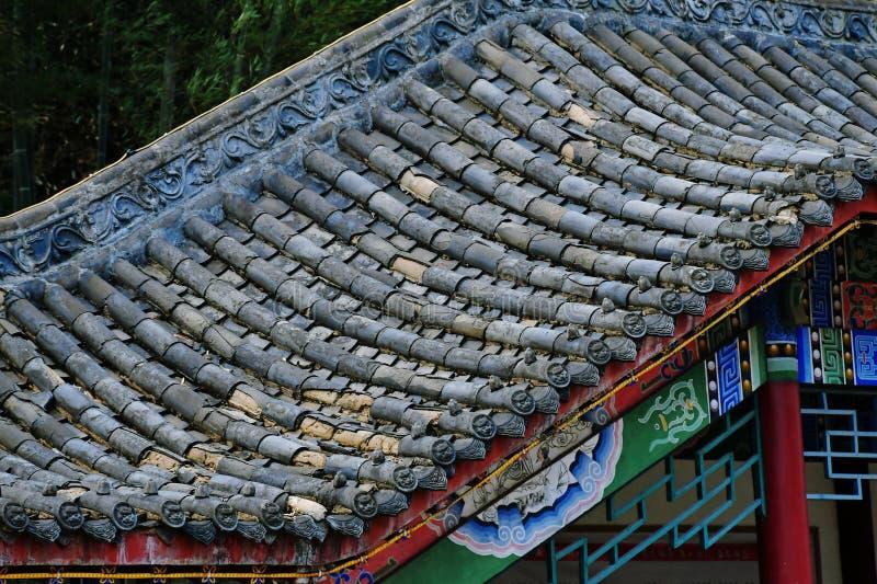 El tejado del sitio histórico, las tejas de la sabiduría tradicional, el fregado del tiempo fotos de archivo libres de regalías
