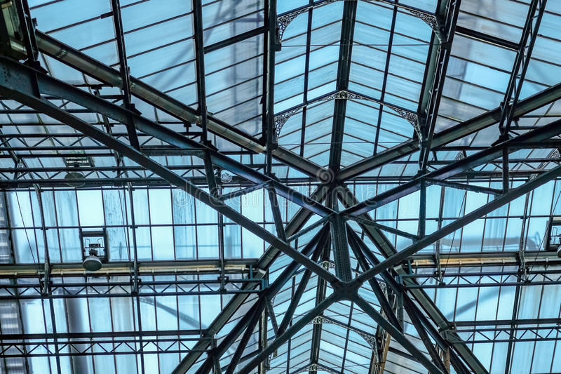 El tejado del vidrio y del metal en la calle de Liverpool mainline la estación, Londres imagen de archivo libre de regalías