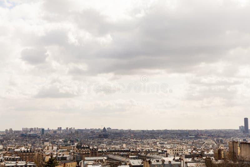 El tejado genérico remata paisaje urbano con el espacio de la copia imágenes de archivo libres de regalías