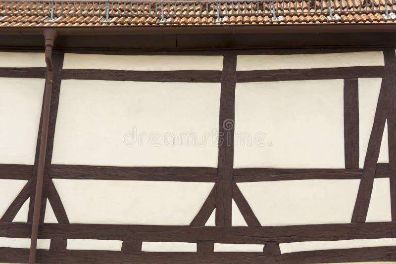 El tejado y la fachada de una casa con mitad típica enmaderaron estilo fotos de archivo